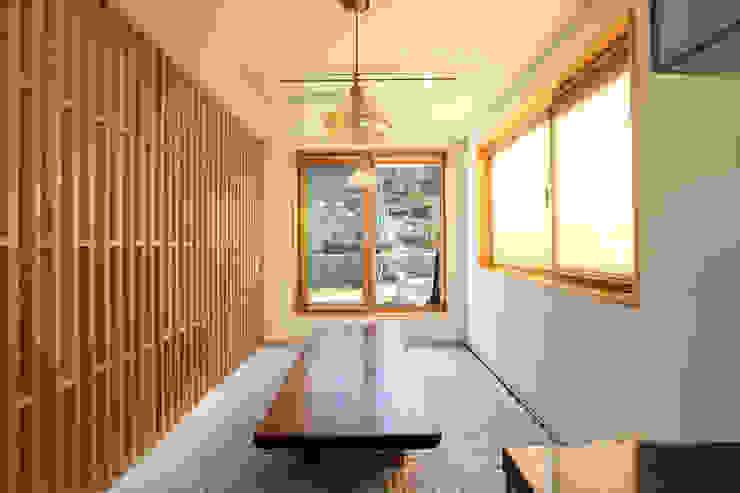좌식응접실: 주택설계전문 디자인그룹 홈스타일토토의  다이닝 룸,모던