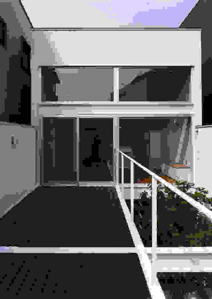 Modern Terrace by 中間建築設計工房/NAKAMA ATELIER Modern