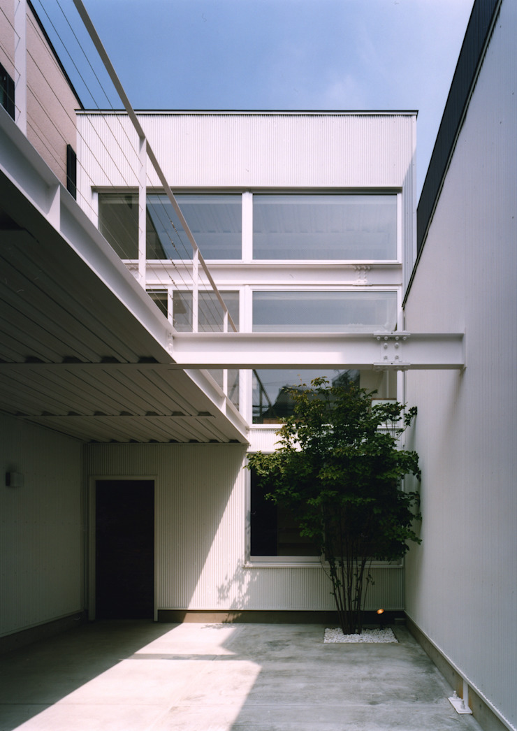 Modern Garage and Shed by 中間建築設計工房/NAKAMA ATELIER Modern