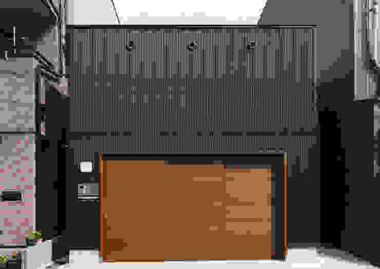 Modern Houses by 中間建築設計工房/NAKAMA ATELIER Modern