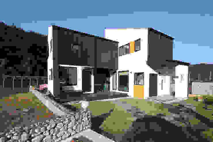 두개의 현관: 주택설계전문 디자인그룹 홈스타일토토의  주택,모던