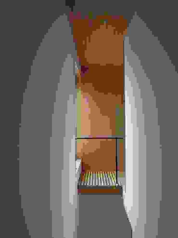 Moderner Flur, Diele & Treppenhaus von 長久保健二設計事務所 Modern