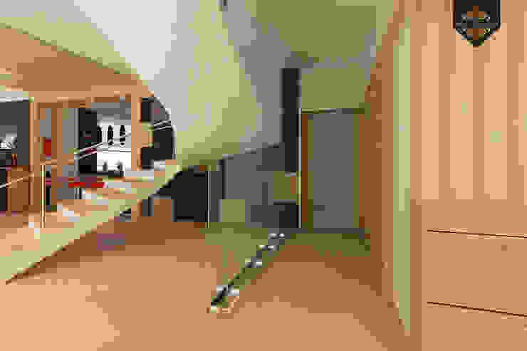 Minimalist corridor, hallway & stairs by Decor&Design Minimalist