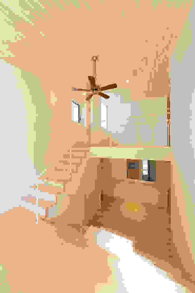 吹き抜け モダンスタイルの 玄関&廊下&階段 の 株式会社かんくう建築デザイン モダン