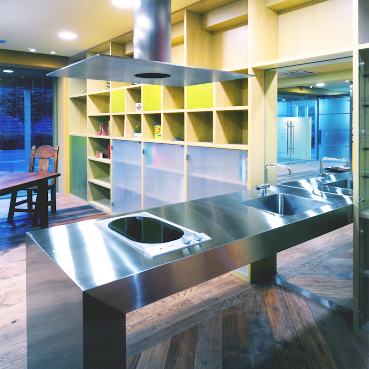 ステンレス製のオリジナルキッチン モダンな キッチン の ユミラ建築設計室 モダン