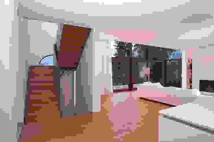 Wohnraum mit Aufgang zum Obergeschoß Moderne Wohnzimmer von Kramm + Strigl Architekten und Stadtplaner Modern
