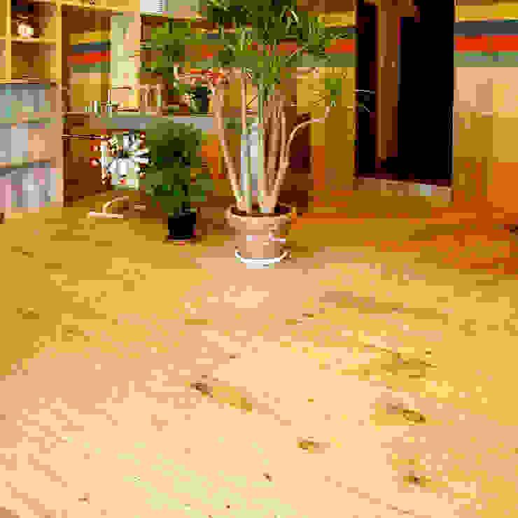 素材感のあるフローリング モダンな 壁&床 の ユミラ建築設計室 モダン