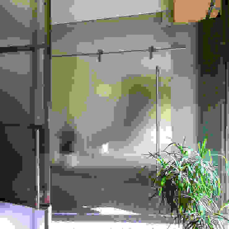 フレームレスのガラスの引戸 モダンな 窓&ドア の ユミラ建築設計室 モダン