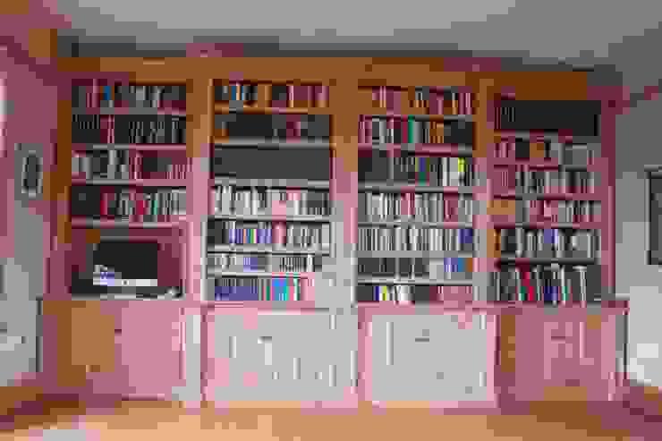 Oak Break fronted Bookcase Worsley Woodworking Estudios y despachos de estilo clásico