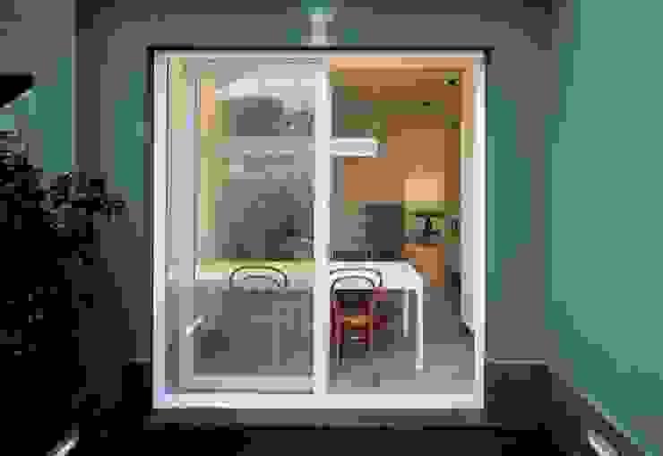 Moderner Balkon, Veranda & Terrasse von na3 - studio di architettura Modern Holz-Kunststoff-Verbund