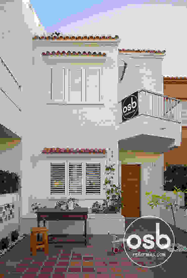 Fachada y terraza principal. Casas de estilo mediterráneo de osb arquitectos Mediterráneo