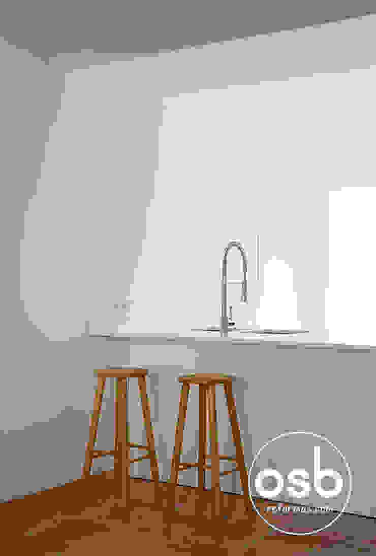 Barra de la cocina con sillas Cocinas de estilo moderno de osb arquitectos Moderno
