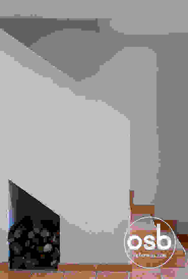 Escalera revestido de barro cocido manual Pasillos, vestíbulos y escaleras de estilo moderno de osb arquitectos Moderno