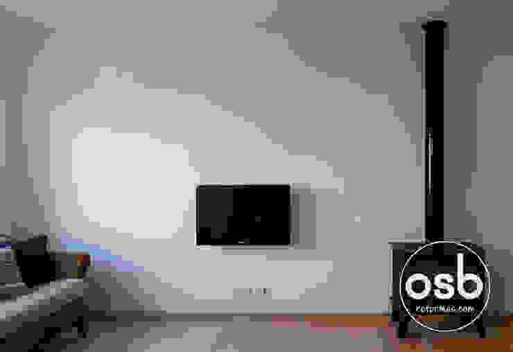 Televisión colgada en la pared Salas de estilo clásico de osb arquitectos Clásico