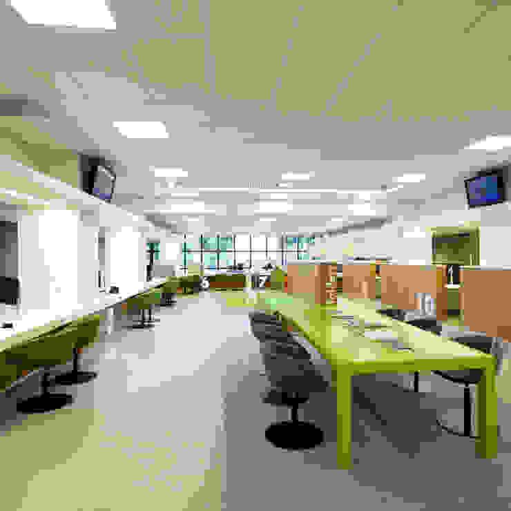 leestafel in publiekshal Moderne kantoorgebouwen van Burobas Modern
