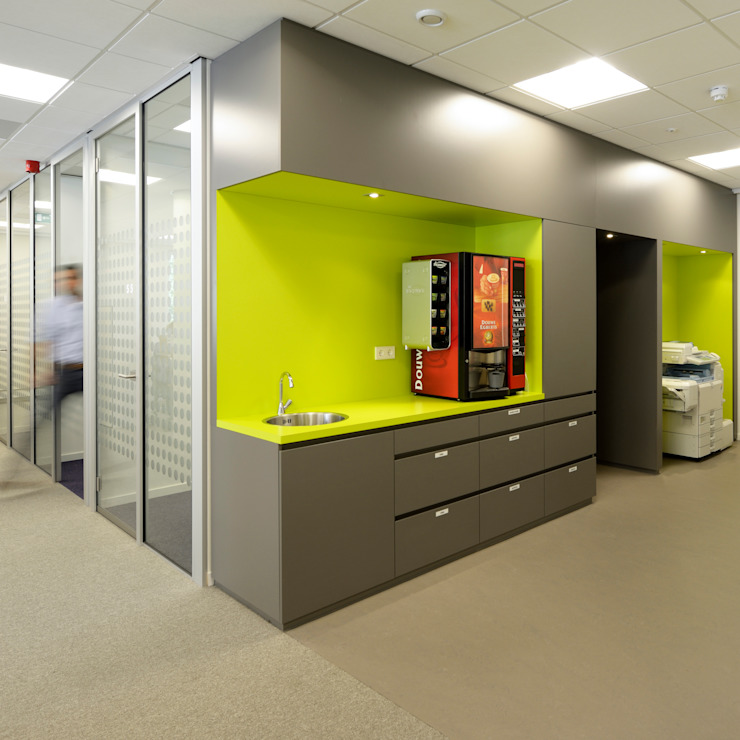 pantry en concentratiewerkplekken Moderne kantoorgebouwen van Burobas Modern