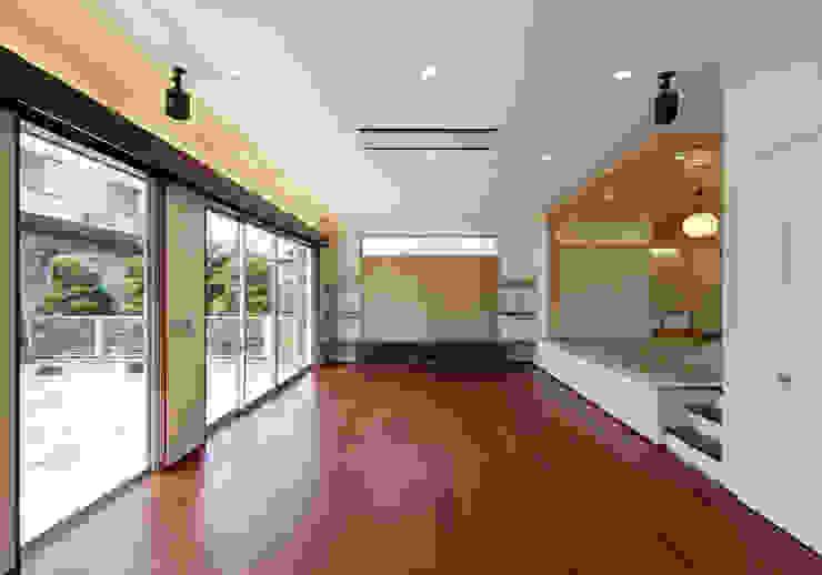 Modern living room by 内田雅章建築設計事務所 Modern