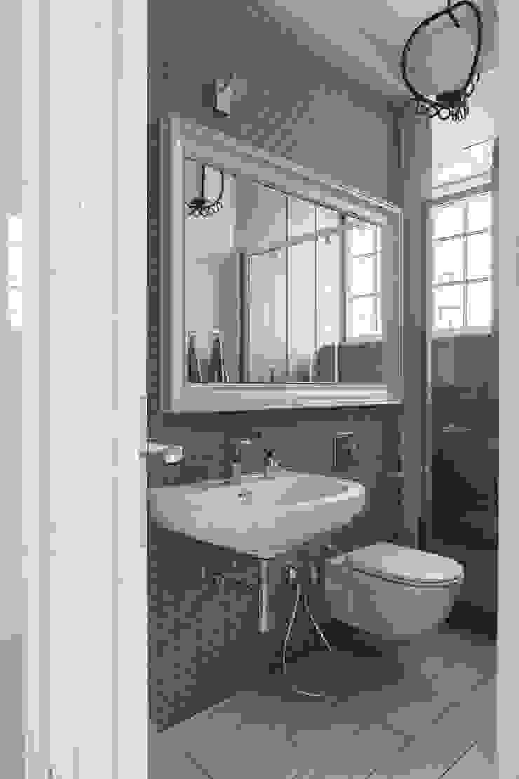 Apartament na Mokotowie Eklektyczna łazienka od Jacek Tryc-wnętrza Eklektyczny