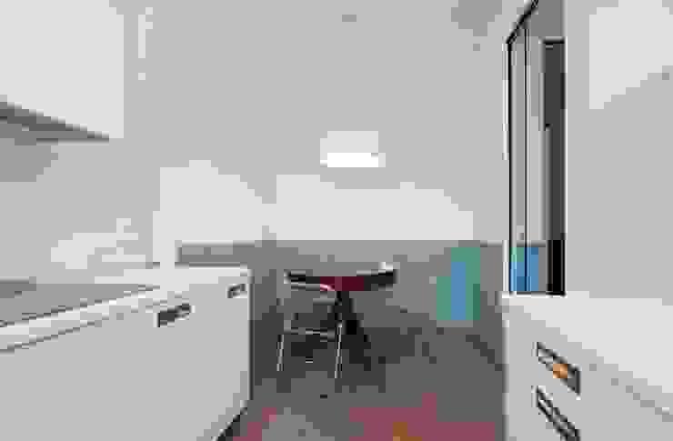 Moderne Küchen von na3 - studio di architettura Modern Glas