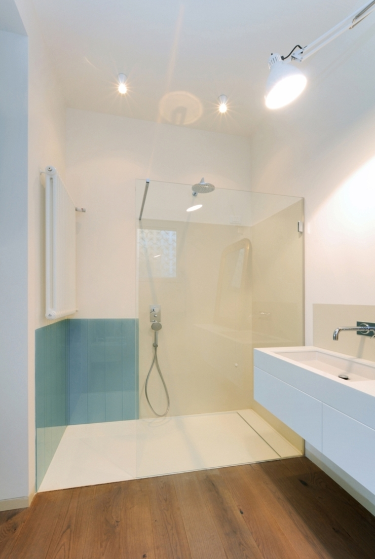 Salle de bain moderne par na3 - studio di architettura Moderne Verre