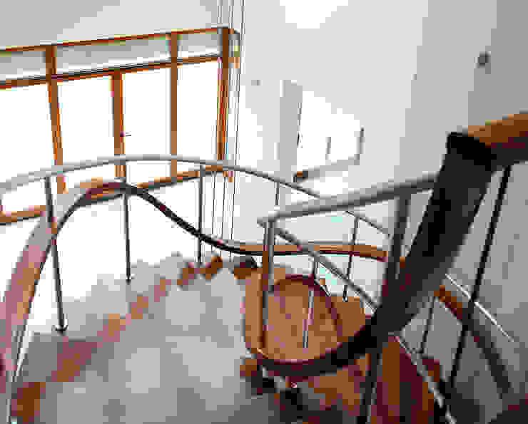 Couloir, entrée, escaliers modernes par Trąbczyński Moderne