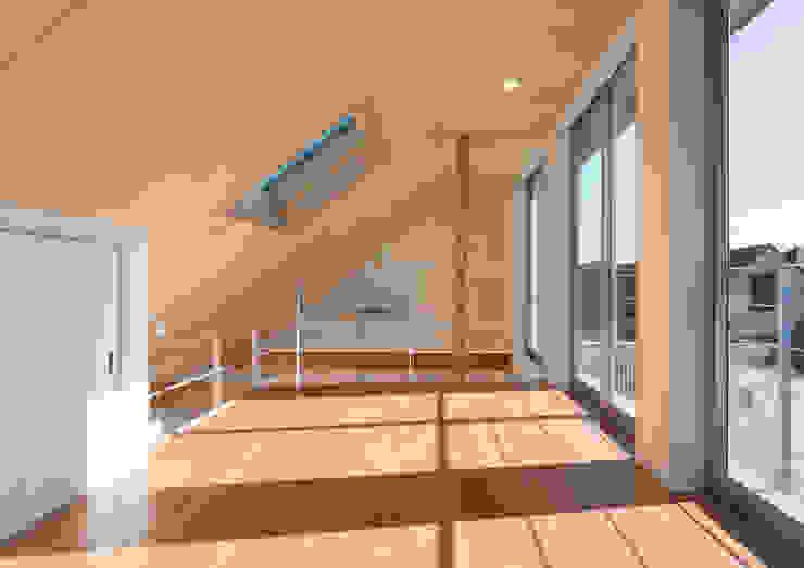真間の家 陽光溢れる階上にリビングダイニングとルーフテラスがある住まい モダンデザインの 多目的室 の アトリエ24一級建築士事務所 モダン