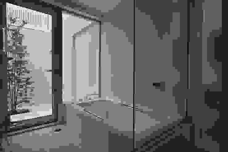 谷津の家 豊かな陽ざしにも関わらず、プライバシーに気を遣わなくてすむ家 アトリエ24一級建築士事務所 モダンスタイルの お風呂