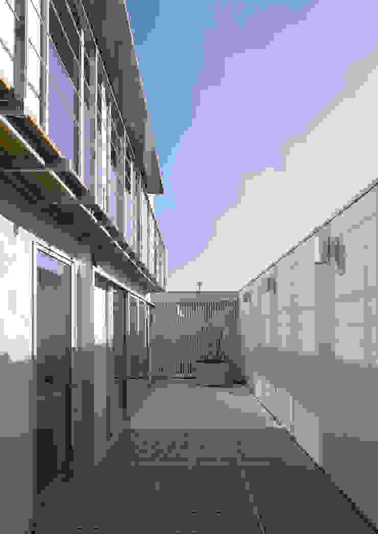 真間の家 陽光溢れる階上にリビングダイニングとルーフテラスがある住まい モダンデザインの テラス の アトリエ24一級建築士事務所 モダン