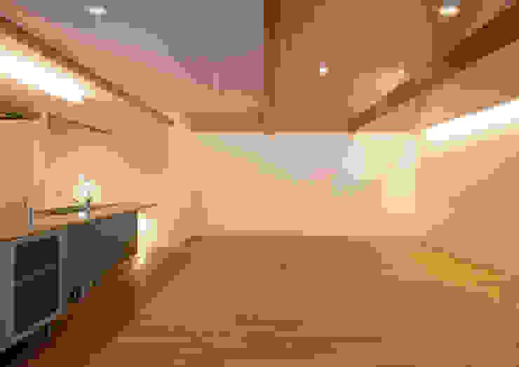 真間の家 陽光溢れる階上にリビングダイニングとルーフテラスがある住まい モダンデザインの リビング の アトリエ24一級建築士事務所 モダン