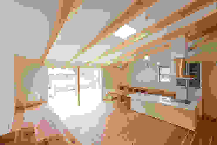 勾配天井のLDK モダンデザインの リビング の 奥村幸司建築設計室 モダン