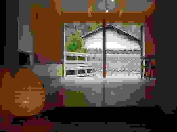 イサムノグチの照明 モダンデザインの リビング の 奥村幸司建築設計室 モダン