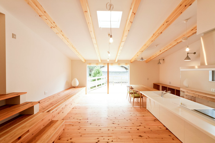 勾配天井のLDK2: 奥村幸司建築設計室が手掛けたリビングです。,モダン