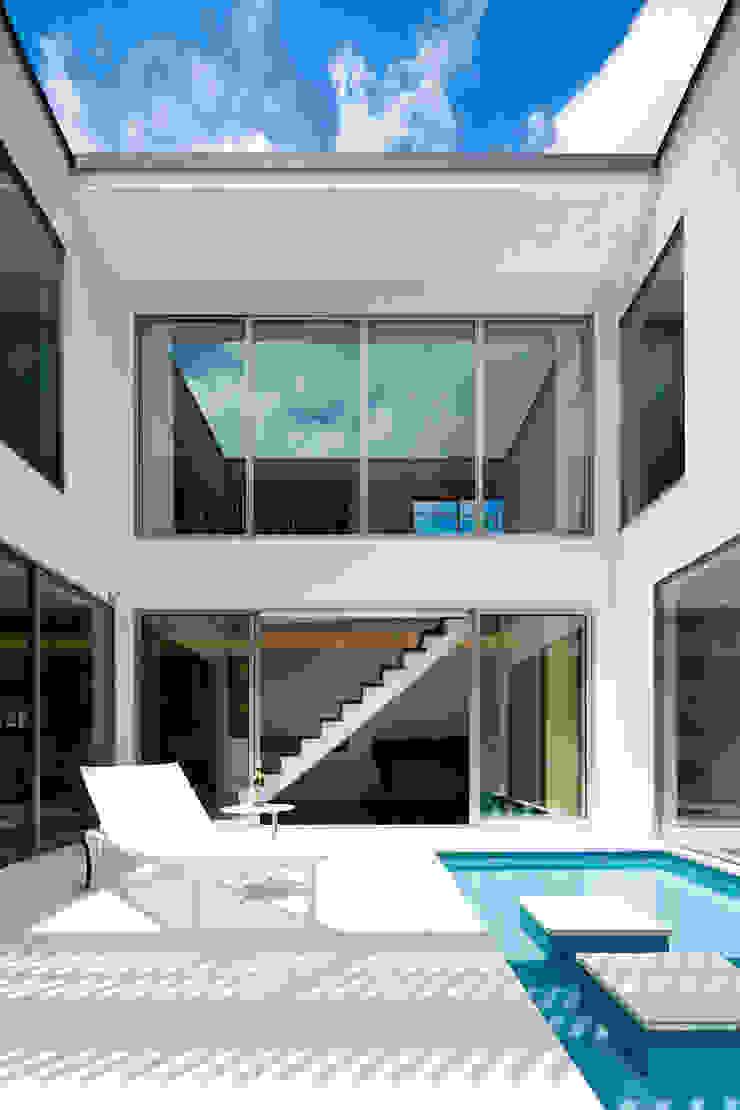 水盤のある広々としたテラス モダンデザインの テラス の TERAJIMA ARCHITECTS モダン
