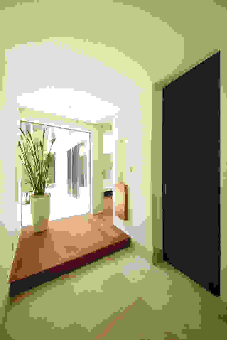光がこぼれる玄関ホール モダンスタイルの 玄関&廊下&階段 の TERAJIMA ARCHITECTS モダン