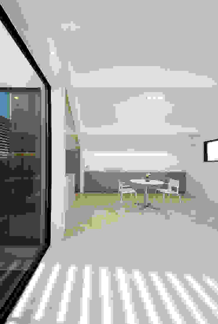 グラデーションカラーと質感の妙で遊ぶ モダンな 壁&床 の TERAJIMA ARCHITECTS モダン