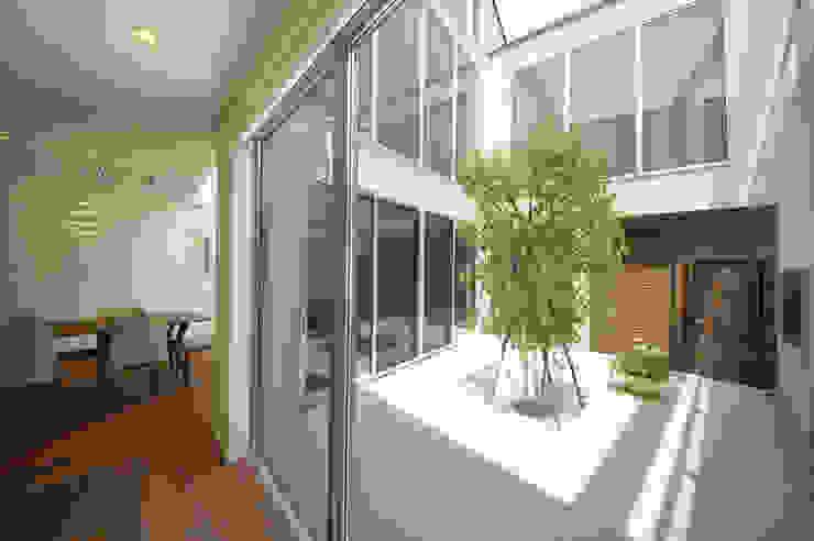 建物の中心に位置するテラス モダンデザインの テラス の TERAJIMA ARCHITECTS モダン
