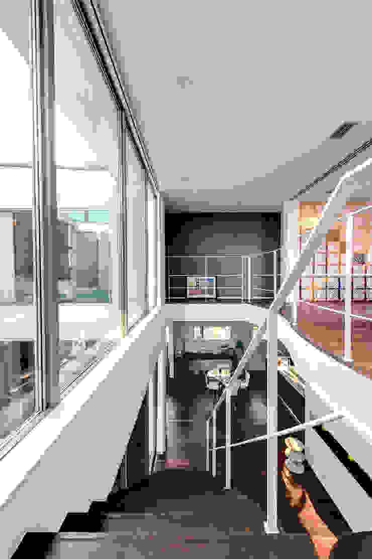 二階から建物全体をのぞむ モダンスタイルの 玄関&廊下&階段 の TERAJIMA ARCHITECTS モダン