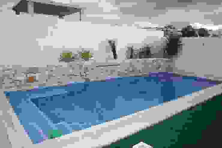 Vista de la piscina Piscinas de estilo moderno de Mohedano Estudio de Arquitectura S.L.P. Moderno