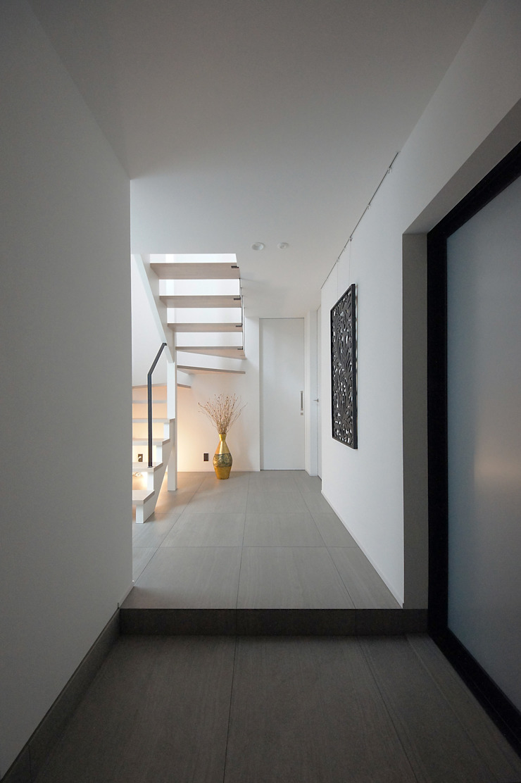 趣のある玄関ホール モダンスタイルの 玄関&廊下&階段 の TERAJIMA ARCHITECTS モダン