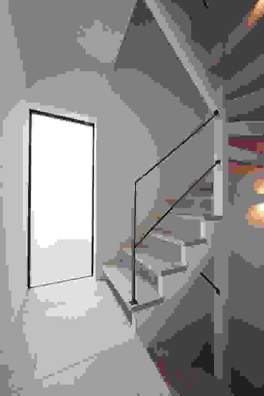光あふれる階段スペース モダンスタイルの 玄関&廊下&階段 の TERAJIMA ARCHITECTS モダン