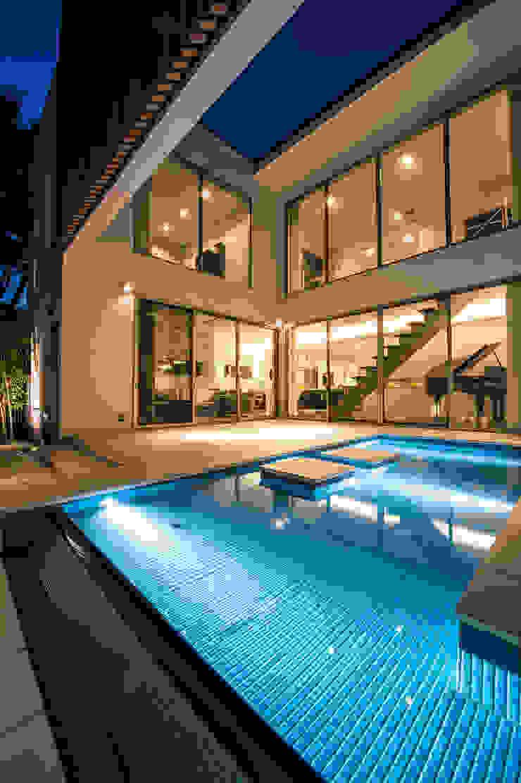 夕景・ライトアップされた水盤 モダンデザインの テラス の TERAJIMA ARCHITECTS モダン