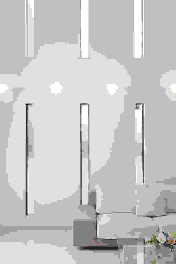 Salones modernos de 依田英和建築設計舎 Moderno