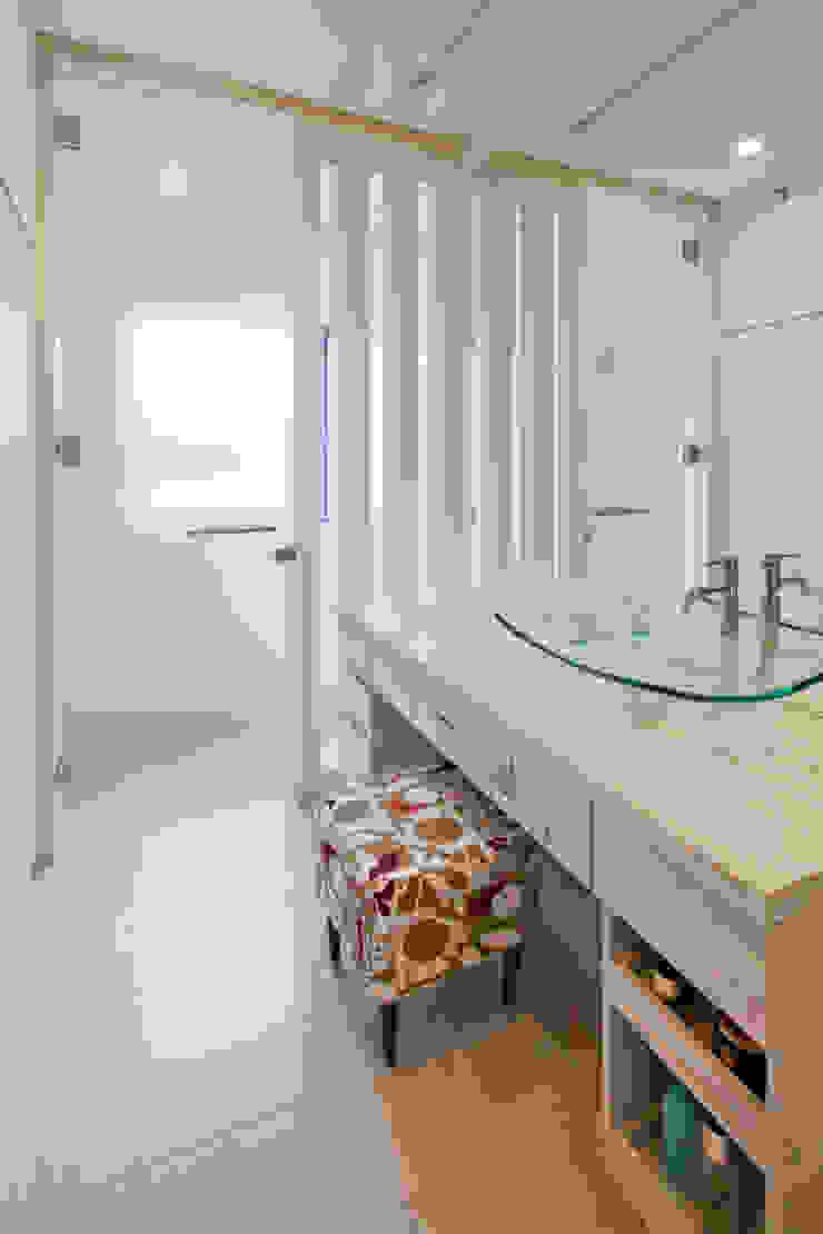 Baños modernos de 依田英和建築設計舎 Moderno
