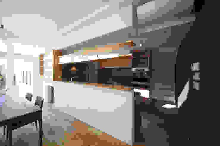 ダイニングをのぞむキッチン: TERAJIMA ARCHITECTSが手掛けたキッチンです。,モダン