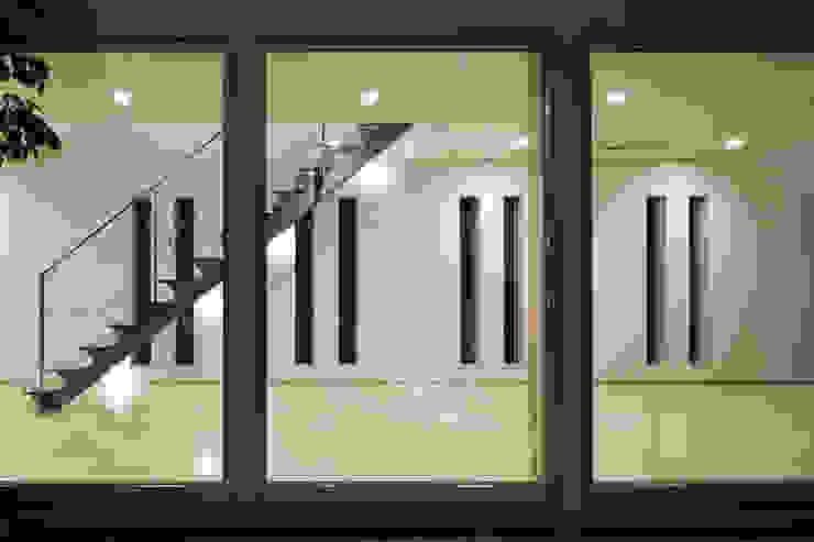 Pasillos, vestíbulos y escaleras modernos de 依田英和建築設計舎 Moderno