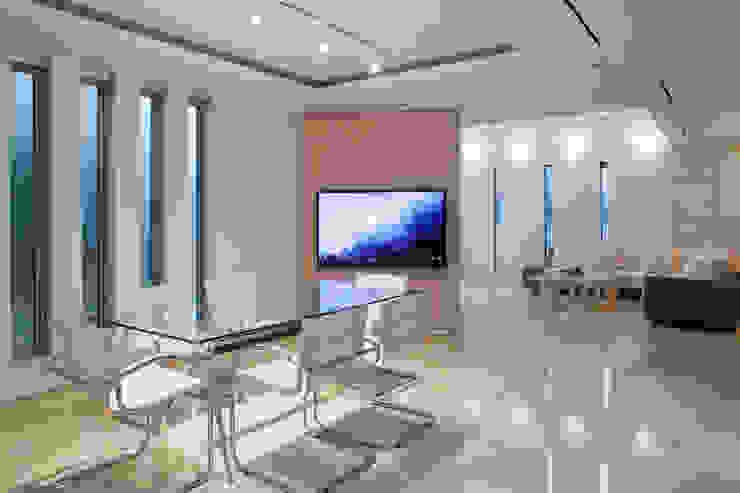 Comedores modernos de 依田英和建築設計舎 Moderno