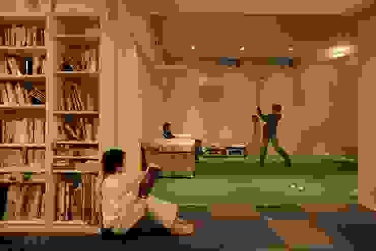 地下のゴルフ練習場 モダンデザインの ガレージ・物置 の TERAJIMA ARCHITECTS モダン