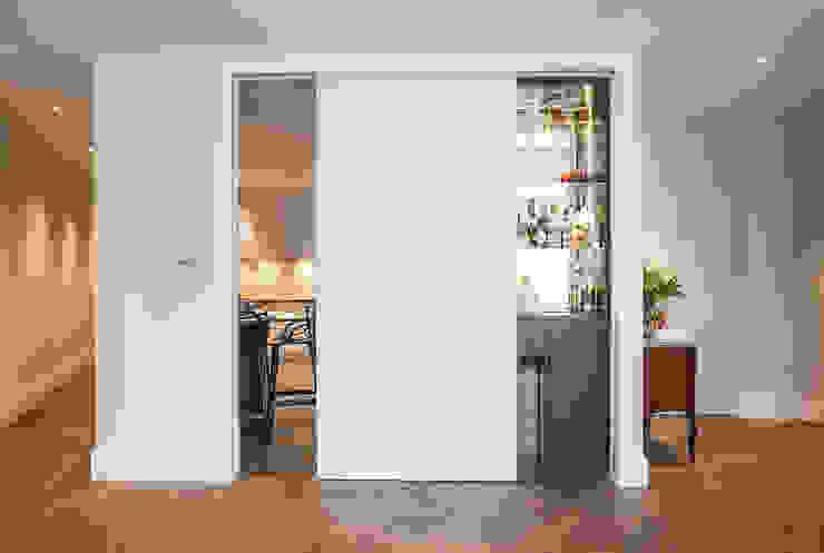 Kensington Church Street Reception Room - After من SWM Interiors & Sourcing Ltd حداثي
