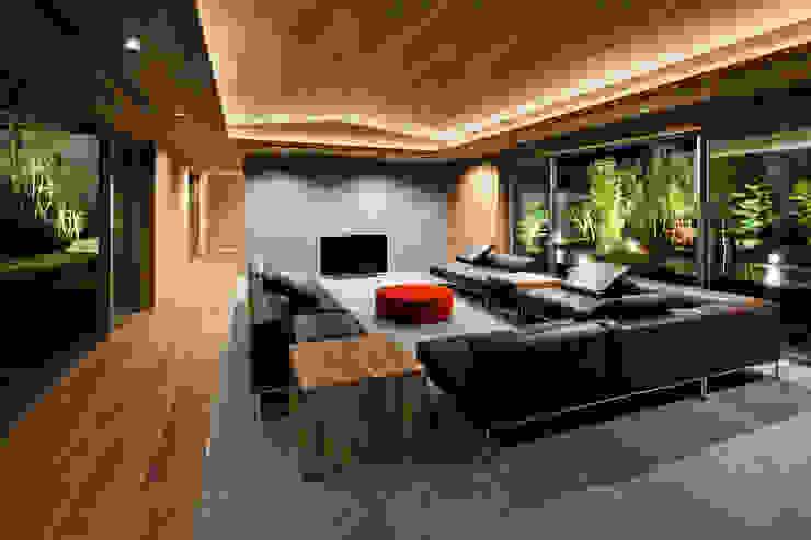 Modern living room by 依田英和建築設計舎 Modern