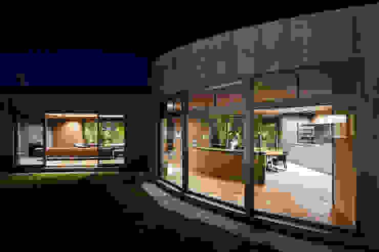 中庭より モダンな 家 の 依田英和建築設計舎 モダン